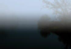 池塘在有薄雾的秋天夜 库存照片