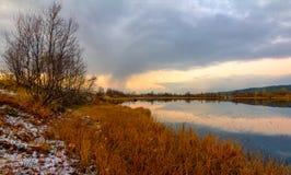 池塘在秋天 免版税库存照片
