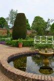 池塘在Mottisfont修道院的,汉普郡,英国被围住的庭院里 图库摄影