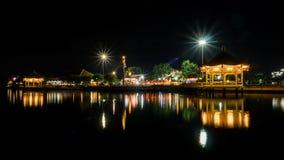 池塘的中国古老亭子在晚上 免版税库存照片