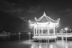 池塘的中国古老亭子在晚上 免版税图库摄影