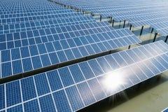 池塘的太阳能发电厂 图库摄影