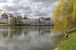 池塘的孤立渔夫Novodevichy修道院的,莫斯科 免版税库存照片