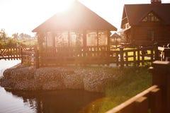 池塘的房子 免版税库存图片