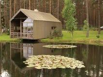 池塘的木现代房子 库存照片