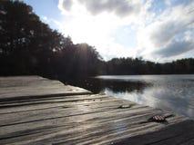 池塘的木船坞 免版税库存照片