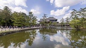 池塘的美丽的景色入口的对Todaiji寺庙在奈良,日本 图库摄影