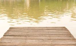 池塘的老木桥甲板 库存图片