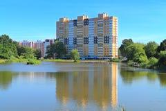 池塘的银行的十七层房子 免版税库存图片