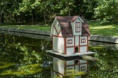 池塘的鸭子房子 免版税库存图片