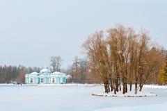 池塘的,降雪, Tsarskoye Selo洞穴亭子 免版税库存图片