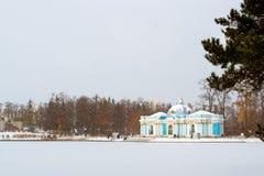 池塘的,降雪, Tsarskoye Selo洞穴亭子 库存图片
