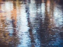 冻池塘,五颜六色的冰背景 免版税库存图片