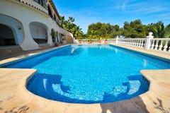 池壮观的游泳视图 免版税库存图片