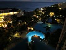 水池夜场面在Sonesta Maho海滩旅馆 免版税库存照片