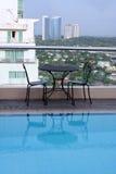 池屋顶空间游泳视图 免版税库存照片