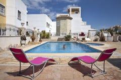 池手段西班牙游泳假期 免版税库存照片