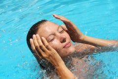池放松游泳妇女年轻人 免版税库存照片