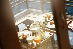 水池旁边早餐 免版税图库摄影