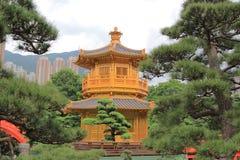 池氏林女修道院和中国庭院东方金黄亭子, 库存图片