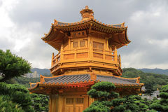 池氏林女修道院和中国庭院东方金黄亭子, 库存照片