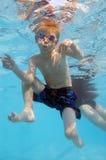 池水下场面的swimmig 免版税库存照片