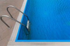 池游泳伞水 免版税库存照片