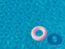 池游泳伞水 免版税库存图片