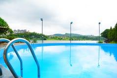 池游泳伞水 免版税图库摄影