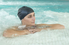 池游泳妇女 免版税库存照片