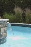 池游泳瀑布 库存照片
