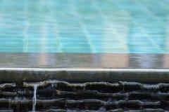 水从水池溢出 免版税图库摄影