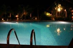 池热带手段的游泳 免版税库存图片