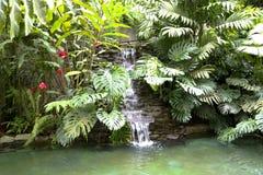 水池用瀑布和热的热量水 免版税库存图片