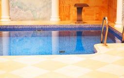 水池用纯净的水在现代旅馆里 库存照片