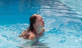 水池的一个少妇与她的闭上的眼睛,过来在t外面 免版税库存图片