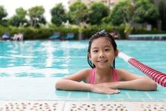 水池的亚裔孩子 免版税库存图片