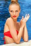 水池的华美的白肤金发的夫人 库存图片