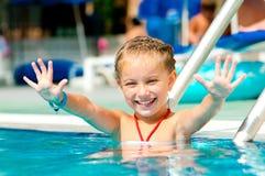 池的女孩 免版税库存照片