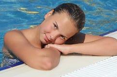 池的女孩 图库摄影