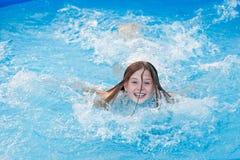 水池的女孩 免版税库存照片