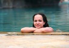 池的女孩 免版税图库摄影