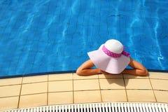 水水池的女孩 免版税库存照片