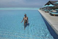 水池的妇女在Anantara手段,马尔代夫 免版税库存图片
