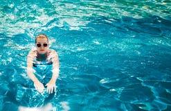 池的妇女 在加勒比手段的假期 免版税库存照片