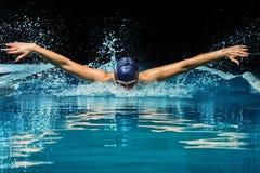 水池的妇女 免版税图库摄影