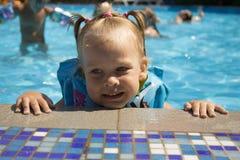水池的小女孩。 库存图片