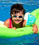 水池的小女孩 图库摄影