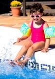 水池的小女孩 免版税库存图片