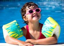 水池的小女孩 免版税库存照片